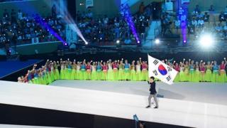 12일 광주 광산구 광주여자대학교에서 열린 2019 광주 세계수영선수권대회 개막식에서 기수가 태극기를 들고 입장하고 있다