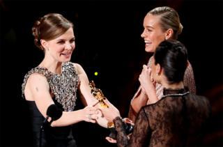 Gal Gadot hands composer Hildur Guonadottir an Oscar