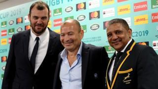 L'entraîneur de l'Angleterre Eddie Jones (au centre), avec Michael Cheika de l'Australie (à gauche) et Allister Coetzee de l'Afrique du Sud lors du tirage au sort mercredi à Kyoto