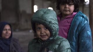 Dečak iz Avganistana u napuštenom objektu na granici između Srbije i Mađarske