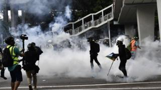 警方在元朗释放催泪弹