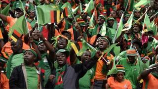 Urukino rwa kivandimwe rwoyihuje na Afrika y'Epfo muri Zambia kuri uyu wa gatandatu rwahagaritswe bisabwe n'abakunzi ba Chipolopolo