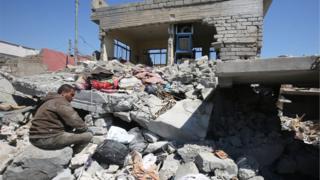 Cedide mahallesinde yıkılan evine bakan bir adam, 17 Mart 2017