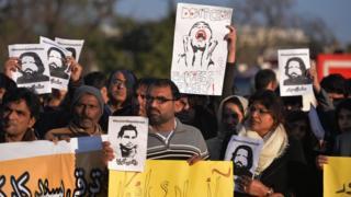 Ativistas pelos diretios humanos mostram imagens de blogueiros desaparecidos durante protesto em Islamabad em janeiro de 2017