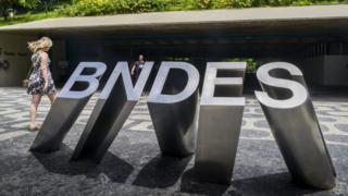 """Escultura com o nome """"BNDES"""", localizada na fachada da sede da instituição, no Rio de Janeiro"""