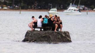 一群慶祝新年的新西蘭人建造了一個小島,以規避當地不准在公共場所喝酒的禁令。