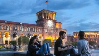 """""""天鹅绒革命""""后,权力和平交接,亚美尼亚首都埃里温的状况有所变化。"""