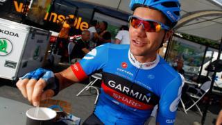 Un cilcista toma un café durante el Tour de Francia