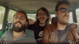 Captura de pantalla de los italianos en el auto.