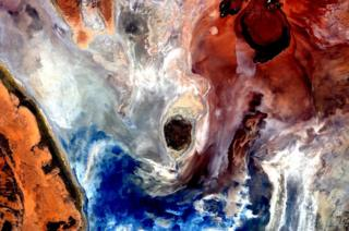 Pictures like this make me really regret that my watercolours didn't make it up here. #EarthArt #YearInSpace