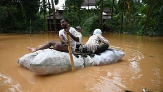 မြိတ်မြို့ရေကြီးရေလျှံလို့ ကိုယ့်နည်းကိုယ့်ဟန်နဲ့ ဖြေရှင်းကြ