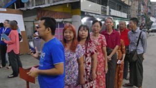 တာမွေမြို့နယ် အမှတ် ၃ မဲရုံမှာ မဲလာထည့်ကြသူတွေ