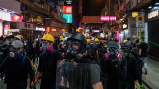 尖沙嘴街頭,頭戴防毒面具的示威者