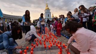 демонстранты зажигают свечи