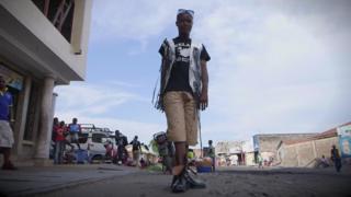 Etilista congolês que cria e veste roupas feitas de papel