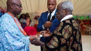 Nwoke na-eche ibe ya ọjị