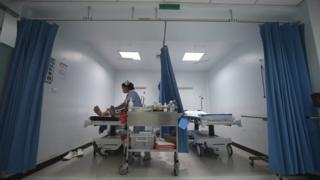 พยาบาล รพ.ธนบุรีดูแลผู้ป่วยฉุกเฉิน