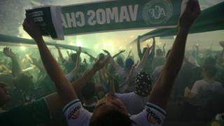 Los aficionados del Chapecoense llenaron las gradas del estadio Arena Condá