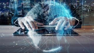 Комп'ютер і руки людини