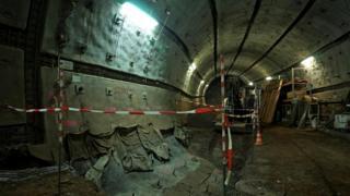 Старые тоннели расширяют, чтобы поместилась техника, при помощи которой отходы будут перемещать по шахте