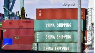 Các thùng hàng từ Trung Quốc chất đầy trên một chuyến tàu ở Cảng Long Beach, California