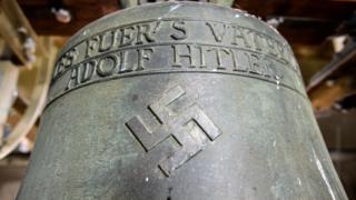 A inscrição no sino em Herxheim diz 'Tudo pela pátria mãe - Adolf Hitler'