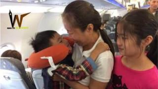 Nguyen Ngoc Nhu Quynh on a plane with her daughters