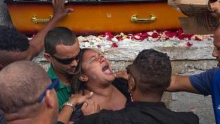 viúva de Evaldo dos Santos Rosa chora a morte do marido