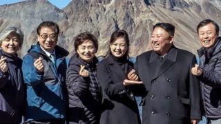 ချစ်တယ်လို့ပုံဖော်တဲ့ K-pop လက်သင်္ကေတ လုပ်ပြတဲ့ မြောက်ကိုရီးယားခေါင်းဆောင်ကင်