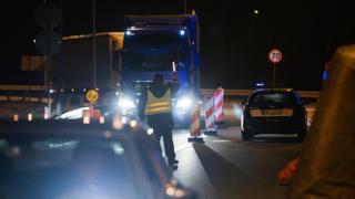 کشور لهستان از دو روز پیش مرزهایش برای جلوگیری از شیوع ویروس کرونا با برخی کشورهای عضو اتحادیه اروپا و قرارداد شنگن بست