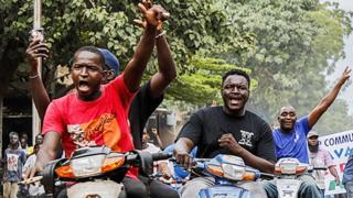 Personas en motocicletas en Bamako celebran la toma del poder militar en Mali - agosto de 2020