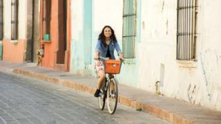 Joven en bicicleta