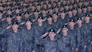 논산 육군훈련소에서 훈련병들이 경례를 하고 있다