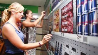Dos mujeres escaneando precios con el móvil