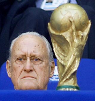 Joao Havelange junto al trofeo del Mundial de Fútbol
