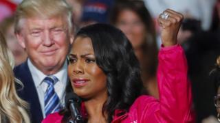 Imagem mostra Omarosa Manigault Newman com Donald Trump ao fundo. Ela afirma, em livro, que presidente dos EUA é racista, sexista, intolerante e e que está em declínio mental.