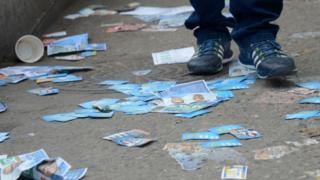Panfletos no chão