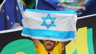 Homem levanta bandeira de Israel durante posse de Bolsonaro em Brasília
