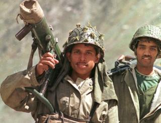 कारगिल में गश्त लगाते भारतीय सैनिक