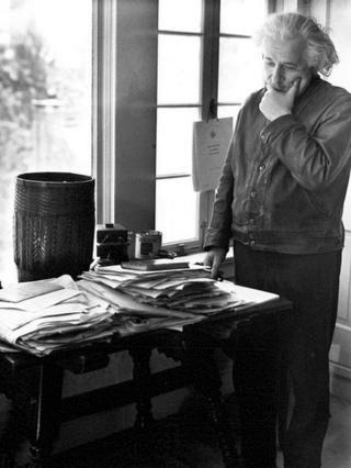 Альберт Эйнштейндин жумушчу үстөлүндө ар дайым башаламандык өкүм сүрүп турган
