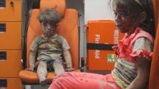 Омран и раненая девочка