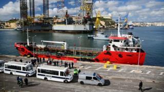 Des policiers se tiennent sur le quai où le pétrolier El Hiblu 1 est amarré, à La Valette, le 28 mars 2019.