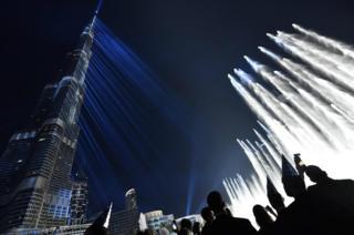Espectáculo de rayos láser en el edificio más grande del mundo, Burj Khalifa, en Dubai.