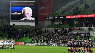 球员和观众在澳大利亚一场榄球赛前,为霍克默哀。