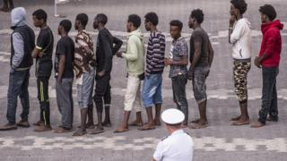 リビアを出港して欧州を目指す移民たちが主にたどり着く場所がイタリアだ。写真は今月13日にイタリア・シチリア島のカターニアに上陸した移民たち