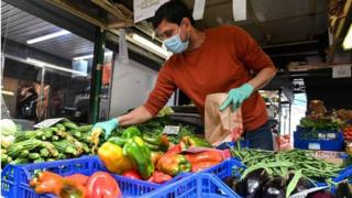 Man wearing mask at vegetable stall in Rome (16/04/20)