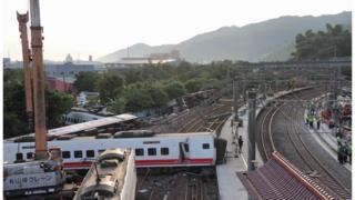 台湾快速列车「普悠玛」列车翻覆事故,现场怵目惊心。