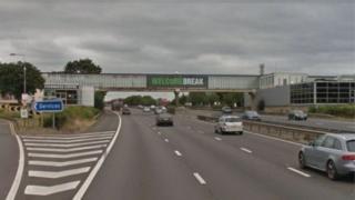 दुर्घटना मिल्टन केन्स के पास एम 1 के दक्षिणबाउंड कैरिज़वे पर न्यूपोर्ट पेगनेल में हुआ.