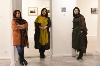 نمایشگاه عکس سیتوپلاسم مجموعه ۳۰ عکس از سه عکاس است. از سمت راست، سارا ساسانی، بهار اصلانی و نازلی عباسپور