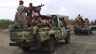 Soldiers loyal to Yemen's exiled president in Marib province (25 May 2015)